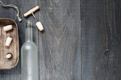 Fondo scuro d'annata con la bottiglia di vino vuota Fotografie Stock Libere da Diritti