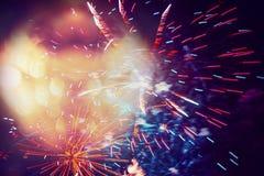 Fondo scuro del cielo del bello di festa ob del fuoco d'artificio con bokeh Fotografia Stock