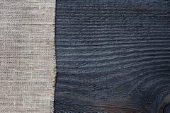 Fondo scuro della tela di sacco e di legno Fotografia Stock