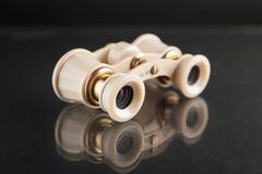 Fondo scuro dello specchio dei binocoli da teatro dell'avorio closeup Fotografie Stock