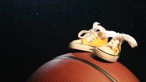 Fondo scuro di cuoio delle scarpe di pallacanestro nessuno