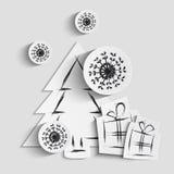 Fondo semplice di natale di vettore con l'albero, i regali ed i fiocchi di neve di carta Fotografie Stock