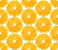 Fondo senza cuciture con le fette di frutti arancio su bianco Immagine Stock