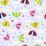 Fondo senza cuciture con le gocce che piovono gli ombrelli Fotografie Stock Libere da Diritti