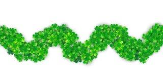 Fondo senza cuciture del confine dell'onda di zigzag di giorno di Patricks con il mucchio verde del trifoglio quattro royalty illustrazione gratis