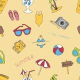 Fondo senza cuciture di estate con gli elementi disegnati con una mano Fotografia Stock