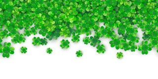 Fondo senza cuciture di giorno di Patricks con il mucchio verde del trifoglio quattro con le ombre illustrazione vettoriale
