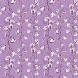 Fondo senza cuciture floreale disegnato a mano del modello con i fiori grafici bianchi e di rosa di campanula sulla carta rosa de royalty illustrazione gratis