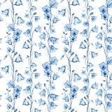 Fondo senza cuciture floreale disegnato a mano del modello con i fiori grafici verticali di cristallo blu di campanula su fondo b illustrazione vettoriale