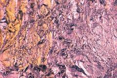 Fondo sgualcito astratto della stagnola Fondo della foto di lerciume Colori della viola e della pesca immagine stock