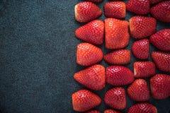 Fondo simétrico de las mitades frescas de las fresas Imagenes de archivo