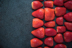 Fondo simmetrico di metà fresche delle fragole Immagini Stock