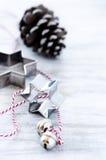 Fondo simple del día de fiesta de la Navidad con los ornamentos de plata Fotos de archivo