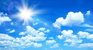 Fondo soleado con las nubes y el sol foto de archivo