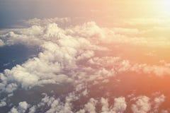 Fondo soleggiato dell'estratto del cielo, vista aerea dall'aereo, cloudscape Immagine Stock