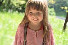 Fondo sonriente de la niña de la naturaleza imágenes de archivo libres de regalías