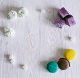 Fondo sotto forma di dolci in un cerchio Bordi bianchi del fondo Fotografie Stock Libere da Diritti