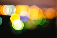 Fondo sparso astratto con bokeh Punti gialli d'ardore su un fondo scuro fotografia stock libera da diritti