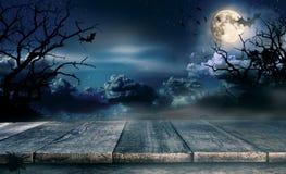 Fondo spettrale di Halloween con le plance di legno vuote fotografia stock libera da diritti