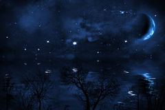 Fondo stellato del cielo notturno con la luna sopra il mare Fotografia Stock