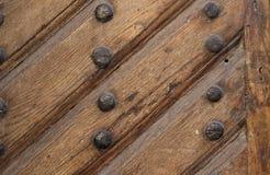 Fondo, struttura Immagine di vecchia superficie marrone di legno della porta con le stecche ed i chiodi fotografie stock libere da diritti