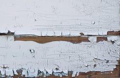 Fondo strutturato dei bordi anziani coperti di pittura bianca incrinata dalla vecchiaia immagine stock libera da diritti