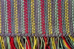 Fondo strutturato dei filati tessuti sul telaio e delle frange sul bordo fotografia stock