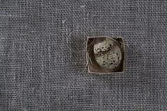 Fondo strutturato della molla con le piccole uova di quaglia Fotografia Stock