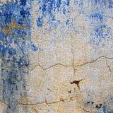 Fondo strutturato di vecchia parete con le tracce di pittura blu Fotografia Stock Libera da Diritti