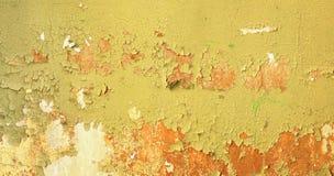 Fondo sucio - pared del edificio abandonado con verde dañado Fotos de archivo