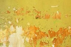 Fondo sucio - pared del edificio abandonado con verde dañado Fotografía de archivo