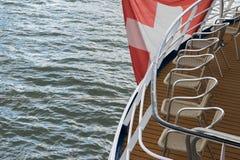 Fondo suizo de las vacaciones del Rin de la asta de bandera del trazador de líneas severo de la travesía de Deckchairs de la fila fotografía de archivo