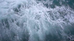 Fondo superior de la opinión aérea de la cámara lenta del flujo del impacto del mar de la ola oceánica metrajes