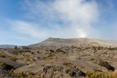 Fondo susurrante de las arenas con el volcán de Bromo Fotografía de archivo