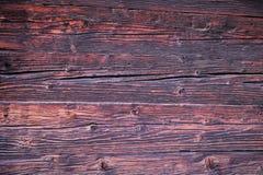 Fondo Tableros de madera hermosos, la pared de una casa antigua de madera en tonos marrones, rojos y rosados imagen de archivo libre de regalías