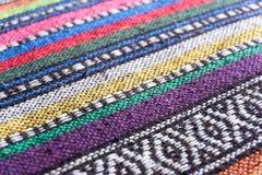 Fondo tejido de la tela con el modelo geométrico colorido Imágenes de archivo libres de regalías