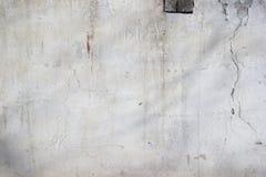 Fondo - textura pared de ladrillo blanqueada y enyesada vieja foto de archivo