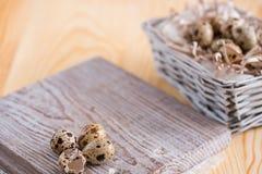 Fondo texturizado de la primavera con los pequeños huevos de codornices Productos de Eco Formato horizontal Fotos de archivo
