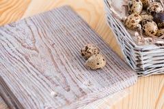 Fondo texturizado de la primavera con los pequeños huevos de codornices Productos de Eco Formato horizontal Fotografía de archivo