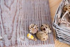 Fondo texturizado de la primavera con los pequeños huevos de codornices Productos de Eco Formato horizontal Imágenes de archivo libres de regalías