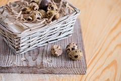 Fondo texturizado de la primavera con los pequeños huevos de codornices Productos de Eco Formato horizontal Fotos de archivo libres de regalías