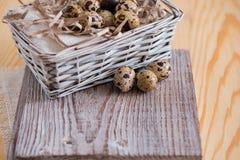 Fondo texturizado de la primavera con los pequeños huevos de codornices Productos de Eco Formato horizontal Foto de archivo