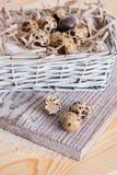 Fondo texturizado de la primavera con los pequeños huevos de codornices Productos de Eco Formato horizontal Foto de archivo libre de regalías