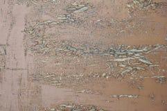 Fondo texturizado de los viejos tableros cubiertos con la oscuridad roja agrietada de la pintura de la edad avanzada fotos de archivo