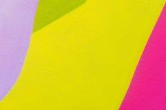 Fondo texturizado extracto colorido Arte de la calle, fachada enyesada de la pared con las pinturas verdes, rosadas, púrpuras, am Fotos de archivo