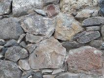 Fondo texturizado rosado, gris, beige de la pared de piedra de las rocas secas primitivas de la pila puestas en estilo arquitectó Fotos de archivo libres de regalías