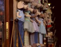Fondo Tienda de juguete del escaparate Muñecas coloridas para los pequeños niños imagen de archivo