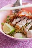 fondo tipico dell'alimento della tagliatella tailandese Fotografie Stock