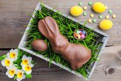 Fondo tradicional de la decoración de Pascua con las flores, los conejitos y los huevos Imagenes de archivo
