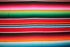 Fondo tradicional mexicano de la fiesta del poncho de la manta de Mayo del cinco de México con las rayas imagenes de archivo